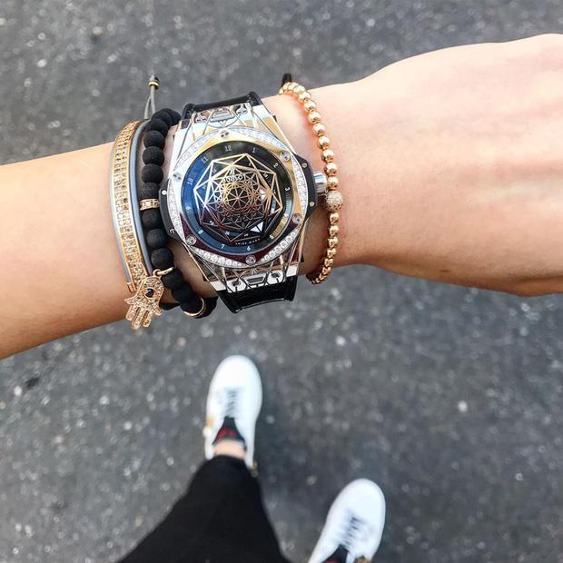Đây là chiếc đồng hồ xa xỉ của thương hiệu Hublot dòng Big Bang Sang Bleu có giá dao động từ 2,5 đến 3 tỷ.