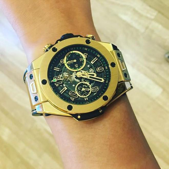 Và liên tiếp khoe những chiếc đồng hồ trong BST tiền tỷ của mình