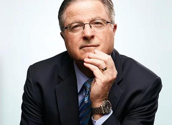 John Watson sở hữu đồng hồ Breitling Aerospace E79362 trị giá 2.590 USD